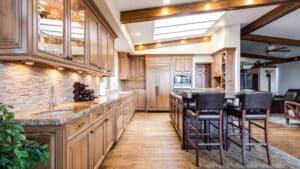 Le choix entre cuisine moderne design et cuisine moderne en bois